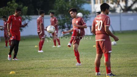 Kontrol bola Fitrah Ridwan pada latihan Persija di Lapangan PSAU TNI Halim Perdanakusuma, Jakarta, Rabu (22/05/19). Foto: Herry Ibrahim/INDOSPORT
