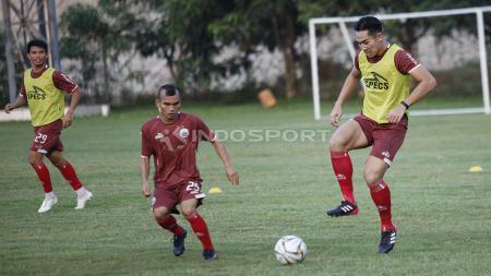 Duel antara Riko Simanjuntak dan Ryuji Utomo pada latihan Persija di Lapangan PSAU TNI Halim Perdanakusuma, Jakarta, Rabu (22/05/19). Foto: Herry Ibrahim/INDOSPORT - INDOSPORT