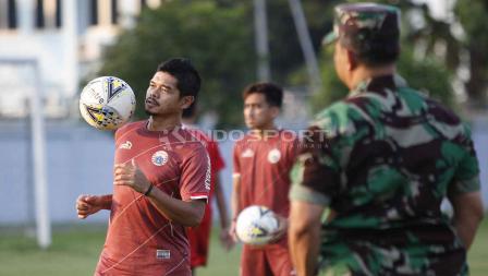 Aksi kontrol bola dengan dada Bambang Pamungkas pada latihan Persija di Lapangan PSAU TNI Halim Perdanakusuma, Jakarta, Rabu (22/05/19). Foto: Herry Ibrahim/INDOSPORT