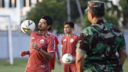 Aksi kontrol bola dengan dada Bambang Pamungkas pada latihan Persija di Lapangan PSAU TNI Halim Perdanakusuma, Jakarta, Rabu (22/05/19). Foto: Herry Ibrahim/INDOSPORT - INDOSPORT