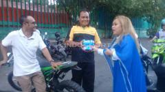 Indosport - Sang istri, Eva Nurida Siregar bersama puluhan Brajamolek (sebutan untuk suporter perempuan PSIM Yogyakarta) membagikan sekitar 300 takjil, Rabu (22/05/19). Foto: Ronald Seger Prabowo/INDOSPORT