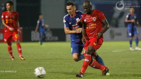 O.K. John berduel dengan Silvio Escobar dalam pertandingan Liga 1 2019 antara PSIS Semarang vs Kalteng Putra. FOTO: Liga Indonesia - INDOSPORT