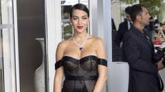 Indosport - Kekasih Ronaldo, Georgina Rodriguez mengenakan gaun hitam saat menghadiri acara film Hollywood. Foto: GC Images