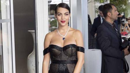 Kekasih Ronaldo, Georgina Rodriguez mengenakan gaun hitam saat menghadiri acara film Hollywood. Foto: GC Images - INDOSPORT