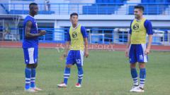 Indosport - Fabiano Beltrame (kanan) berlatih dengan tim Persib Bandung di Stadion SPOrT Jabar, Arcamanik, Kota Bandung, Rabu (22/05/2019). Foto: Arif Rahman/INDOSPORT