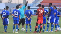 Indosport - Pelatih Persib, Robert Rene Alberts memberikan instruksi kepada pemainnya saat berlatih di Stadion SPOrT Jabar, Arcamanik, Kota Bandung, Rabu (22/05/2019). Foto: Arif Rahman/INDOSPORT