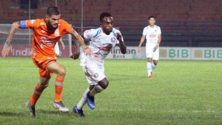 Duel pemain Pusamani Borneo, Diego Michiels dan pemain Arema, Ricky Kayame pada laga antara Pusamani Borneo vs Arema FC. Foto: Instagram@aremafcofficial - INDOSPORT