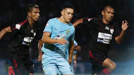 Pemain Persela Lamongan berusaha menghindari kejaran dua pemain Persipura Jayapura. Foto: Instagram@perselafc - INDOSPORT