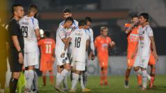 Indosport - Para pemain Arema FC tertunduk lesu usai dikalahkan Borneo FC dalam pertandingan pekan ke-2 Liga 1