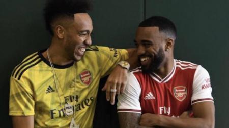 Pierre-Emerick Aubameyang dan Alexandre Lacazette jadi model bocoran jersey Arsenal terbaru. - INDOSPORT