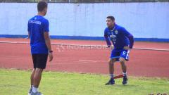 Indosport - Gelandang Persib, Esteban Vizcarra saat berlatih di Stadion SPOrT Jabar, Arcamanik, Kota Bandung, Rabu (22/05/2019). Foto: Arif Rahman/INDOSPORT
