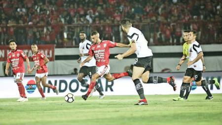 Gelandang Bali United, Brwa Nouri (tengah) saat tampil melawan Madura United. - INDOSPORT