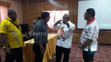 Ketua PB Perserosi Klemen Tinal bersama Kadispora Papua, Daud Ngabalin dan Technical Delegate Sepatu Roda, Jefri Abel. INDOSPORT / Sudjarwo - INDOSPORT