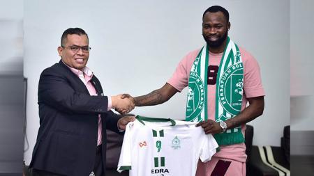 Klub Malaysia, Melaka United, resmi rekrut striker yang pernah jadi anak buah Solskjaer, Davy Claude Angan. - INDOSPORT