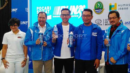 Gubernur Jawa Barat, Ridwan Kamil (kedua dari kanan) bersama Ricky Suhendar, Marketing Director PT Amerta Indah Otsuka seusai konferensi pers Pocari Sweat Run Bandung 2019 di Gedung Sate, Kota Bandung, Kamis (23/05/2019). Foto: Arif Rahman/INDOSPORT - INDOSPORT
