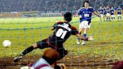 Indosport - Patricio Jimenez, bek legendaris persib pencetak gol penalti dengan mata tertutup. Foto: gladiatorpersibblog.wordpress.com