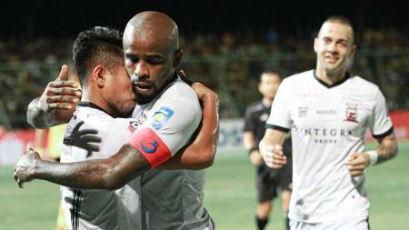 Andik Vermasnyah dipeluk Greg Nwokolo usai mencetak gol kemenagan Madura United atas Barito Putera, Jumat (24/05/19). - INDOSPORT