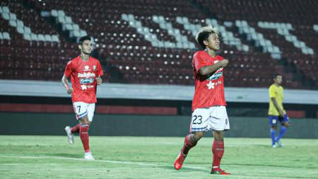 Selebrasi Fahmi Alayyubi usai cetak gol Bali United di laga kontra Persiba Balikpapan, Jumat (25/05/19). - INDOSPORT