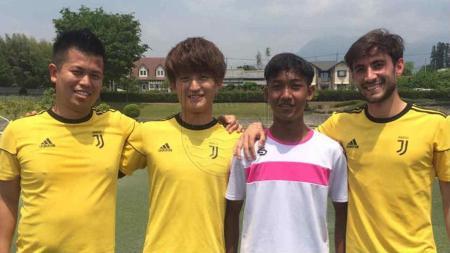 Pemain Persib Bandung U-16 Kaka Hielmy bersama pemain Akademi Juventus Jepang. - INDOSPORT