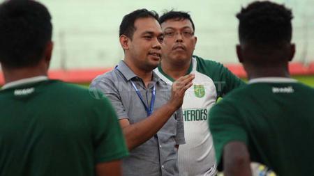 Manajer Persebaya, Candra Wahyudi berbincang dengan pemain Persebaya usai latihan di Stadion Gelora Delta, Sidoarjo. Jumat (24/5/19). - INDOSPORT