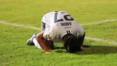 Indosport - Andik Vermansah, sujud syukur usai madura united menang 1-0 atas barito putera