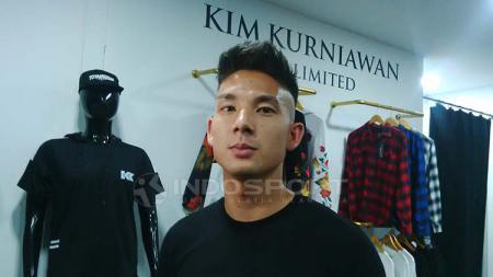 Gelandang Persib, Kim Jeffrey Kurniawan di toko clothingnya di Jalan Sulanjana, Kota Bandung, Jumat (24/05/2019). - INDOSPORT