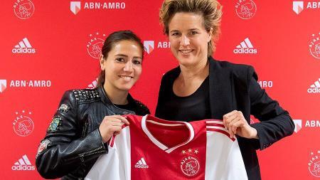 Vanity Lewerissa (kiri), pemain sepak bola wanita Belanda yang memiliki keturunan Indonesia saat diperkenalkan bergabung ke Ajax Amsterdam. - INDOSPORT