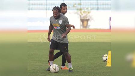 Septinus Alua yang kini memperkuat Persiba Balikpapan mendapat sanksi larangan bermain sepak bola di lingkungan PSSI hingga kurun waktu enam bulan. - INDOSPORT