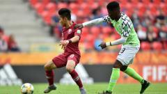 Indosport - Andri Syahputra (kiri) saat berduel dengan pemain muda Nigeria Ayotomiwa Dele-Bashiru dalam ajang Piala Dunia U-20 2019 di Polandia.
