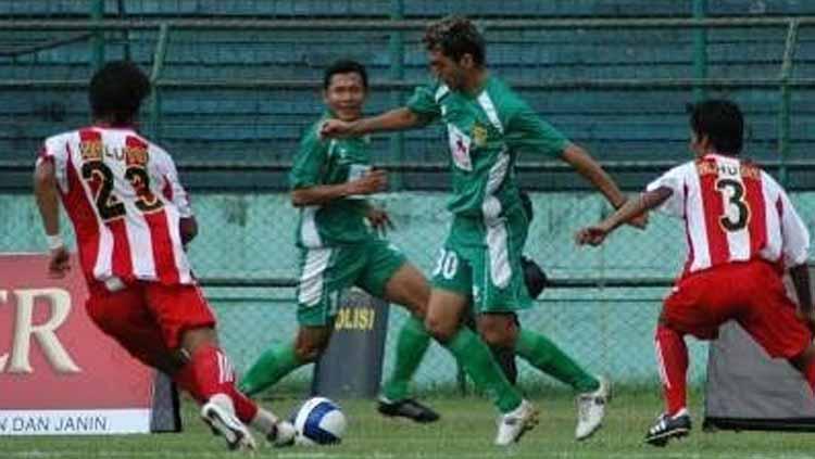Eks striker Persebaya Surabaya Pablo Rojas (tengah). Foto: deskgram.net Copyright: deskgram.net