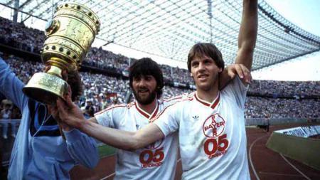 Para pemain Bayern 05 Uerdingen mengangkat gelar juara DFB Pokal 1984-1985. Foto: T-Online - INDOSPORT