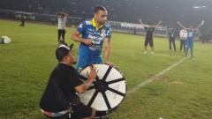 Indosport - Pemain Persib Bandung Artur Gevorkyan saat memimpin ritual Viking Clap.