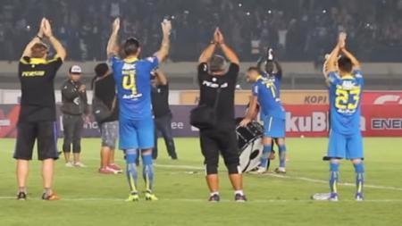 Pemain Persib Bandung Artur Gevorkyan saat memimpin ritual Viking Clap. - INDOSPORT