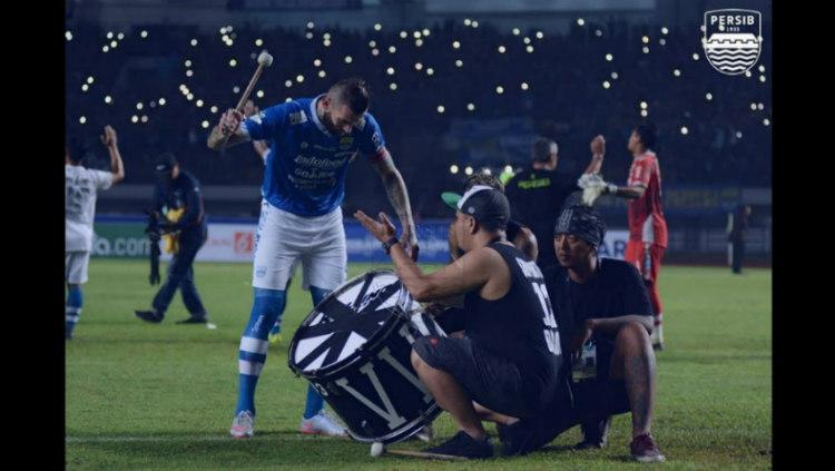 Bek Persib Bandung Bojan Malisic yang memipin ritual Viking Clap. Copyright: persib.co.id