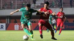 Indosport - Pemain PSS Sleman saat dihalau pemain Semen Padang. Foto: Ronald Seger Prabowo/INDOSPORT.
