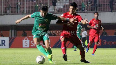 Pemain PSS Sleman saat dihalau pemain Semen Padang pada Liga 1 antara PSS Sleman vs Semen Padang (25-05-2019). Foto: Ronald Seger Prabowo/INDOSPORT - INDOSPORT