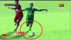 Indosport - Pemain PSS Sleman, Kushedya Yudo (kanan), saat terjatuh di kotak penalti Semen Padang.
