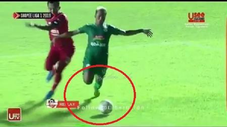 Pemain PSS Sleman, Kushedya Yudo (kanan), saat terjatuh di kotak penalti Semen Padang. - INDOSPORT
