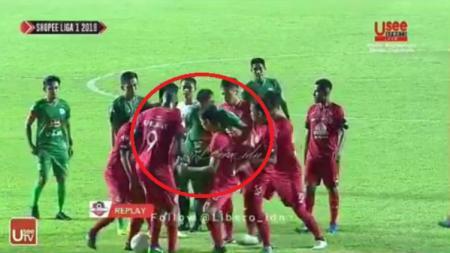 Keributan yang sempat terjadi di laga PSS Sleman vs Semen Padang, Sabtu (25/05/19). - INDOSPORT
