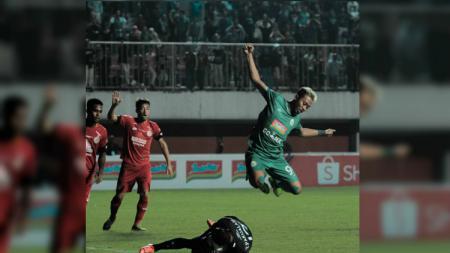 Penyerang PSS Sleman, Kushedya Yudo mencoba melewati adangan kiper lawan di Shopee Liga 1 2019. (Foto: PSS Sleman) - INDOSPORT