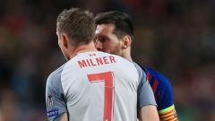 Indosport - James Milner dan Lionel Messi saat keduanya bertemu di semifinal Liga Champions.