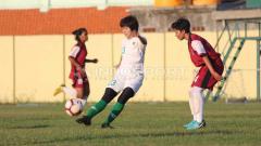 Indosport - Pertandingan uji coba Timnas Putri Indonesia di Lapangan Jenggolo, Sidoarjo.