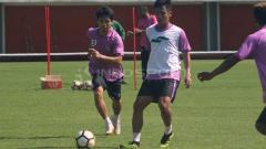 Indosport - Gelandang PSS Sleman, Wahyu Sukarta (kanan), siap menghadapi Persipura Jayapura.