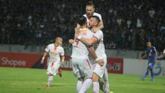 Indosport - Ryuji Utomo bersama rekan-rekannya berselebrasi merayakan gol yang dicetaknya pada laga kedua Liga 1 2019, Minggu (26/05/2019).