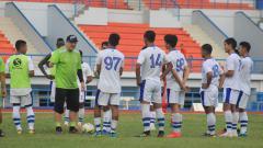 Indosport - Robert Rene Alberts tengah memimpin latihan Persib Bandung di Stadion SPOrT Jabar, Arcamanik, Minggu (26/05/19).