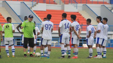 Pelatih fisik Persib Bandung, Yaya Sunarya, belum bisa memastikan jadwal tim kembali berkumpul dan berlatih, untuk persiapan lanjutan kompetisi Liga 1 2020. - INDOSPORT