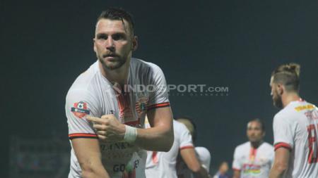 Marko Simic menunjukkan badge juara Liga 1 saat melawan PSIS Semarang. Ronald S/INDOSPORT.COM - INDOSPORT