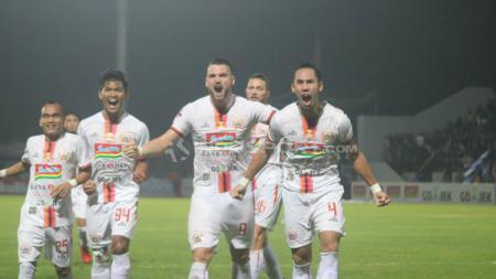 Selebrasi pemain Persija Jakarta usai gol Ryuji Utomo. Ronald S/INDOSPORT.COM - INDOSPORT