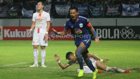 Selebrasi Hari Nur Yulianto usai membobol gawang Persija Jakarta. Ronald S/INDOSPORT.COM - INDOSPORT