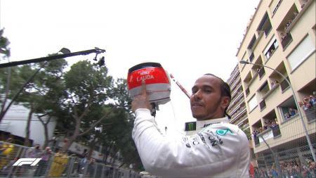 Lewis Hamilton merayakan kemenangan di GP F1 Monaco, Minggu (26/05/19). - INDOSPORT